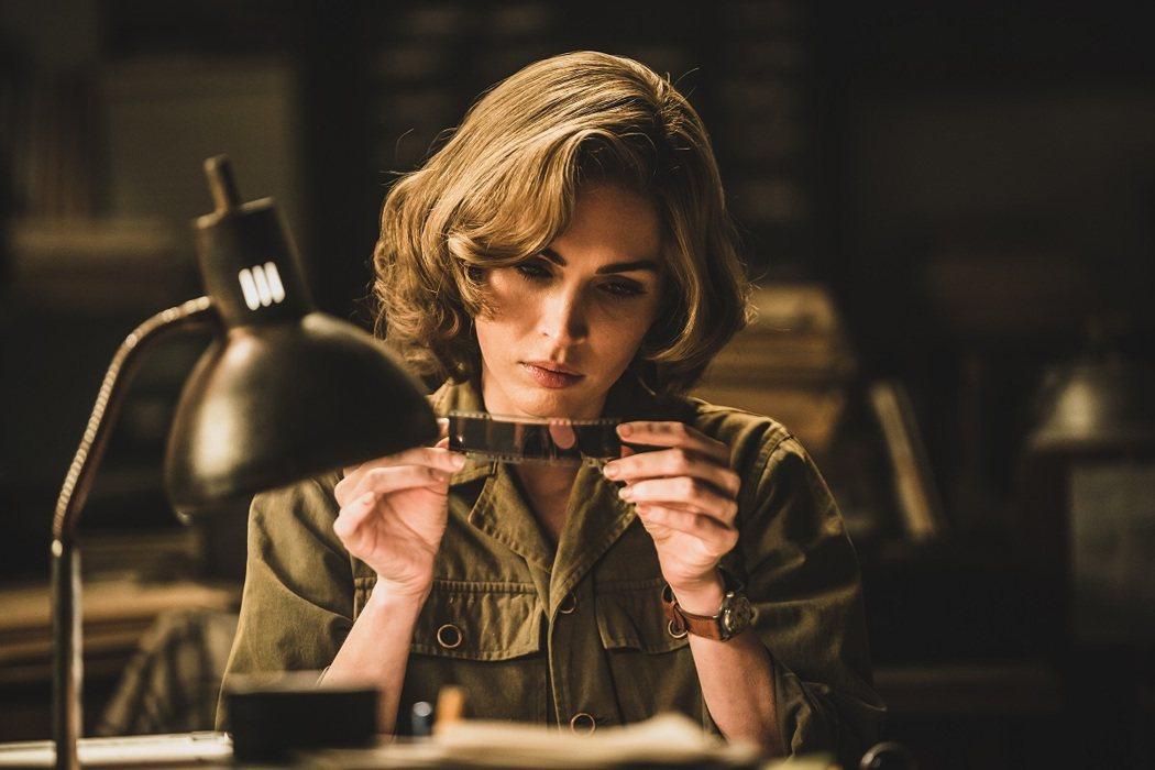 「變形金剛」好萊塢女星梅根福克斯,這次特地跨國飾演戰地記者。圖/車庫娛樂提供
