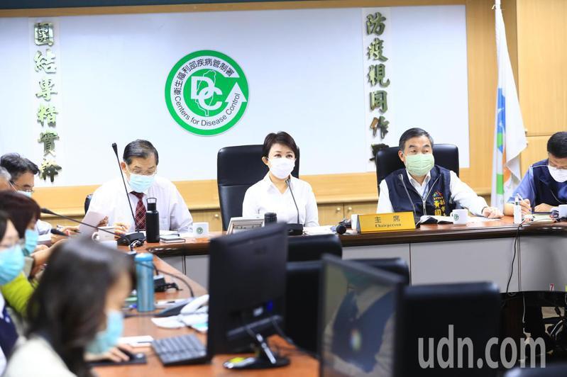 台中市長盧秀燕(中)下午參加中央流行疫情指揮中心指揮官陳時中與全國縣市首長視訊會議時,建議應讓每人每天都有1個口罩可使用。圖/台中市政府提供