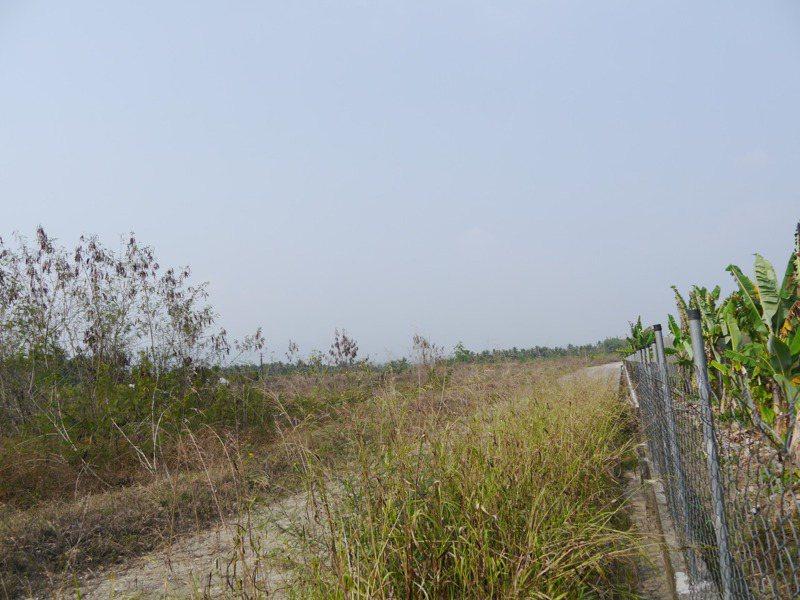 高市旗山大林農地掩埋100萬噸轉爐石,業者設置圍籬,每逢下雨就會出現乳白色滲水流入溝渠。記者徐白櫻/攝影