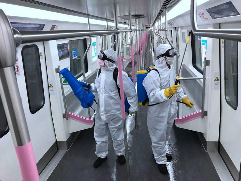 3月23日,湖北省武漢市對地鐵全線站點、車輛進行深度消毒殺菌,為恢復運營做好準備。圖為工作人員在列車內進行消毒作業。(中新社)
