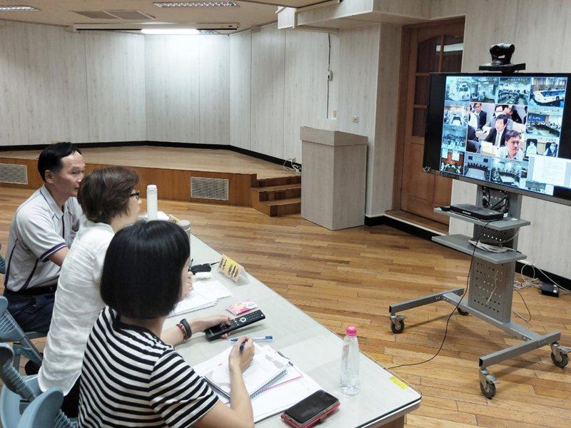 台東縣長饒慶鈴(左下中)利用與陳時中視訊防疫會議機會,爭取防疫專車開到台東。圖/讀者提供