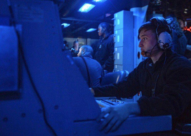 美軍第七艦隊臉書粉專今天貼文表示,美軍勃克級神盾艦貝瑞號在實彈演習中射擊一枚飛彈,並透過艦上戰鬥資訊中心操作追蹤。圖/擷自美軍第七艦隊臉書網頁