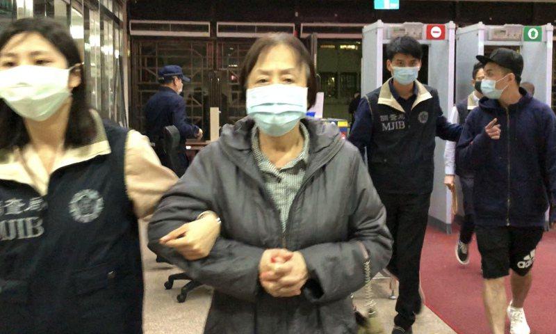 還榮國際公司負責人李蓮芝被控不法吸金11億餘元,檢方複訊後依違反銀行法命李婦以50萬元交保,並限制出境、出海。記者賴佩璇/攝影。