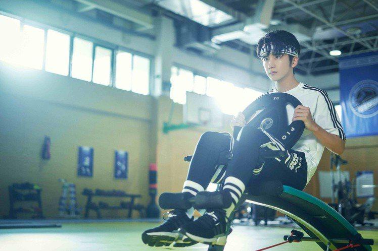 張新成在「冰糖燉雪梨」飾演「冰球男神」黎語冰。圖/LINE TV提供