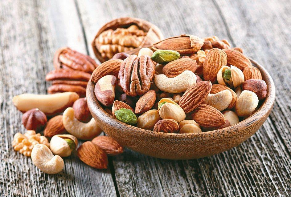 每天吃1湯匙或每餐1茶匙的堅果種子,就可達到營養的建議量,吃出抵抗力,預防心血管...