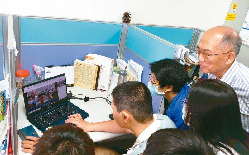 AVAYA贈送企業版視訊系統給成大生科學院。 記者修瑞瑩/攝影