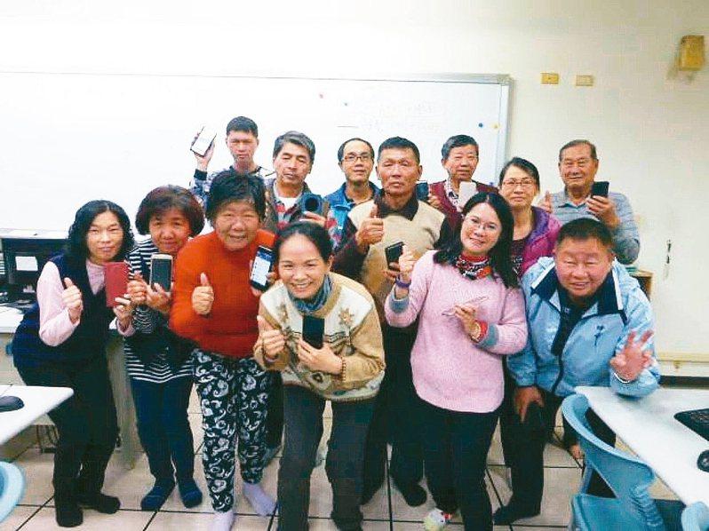 成功大學工程科學所畢業的黃翎葳(第一排右二)指導銀髮族智慧型手機及電腦運用,讓生活更便利實用性。 圖/黃翎葳提供