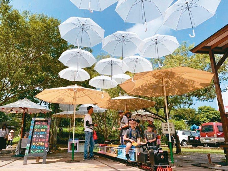 新竹縣九讚頭文化協會去年接手鐵路內灣支線合興站,進駐縮小版的蒸汽老火車,也設置「愛的小傘」裝置藝術。 圖/九讚頭文化協會提供