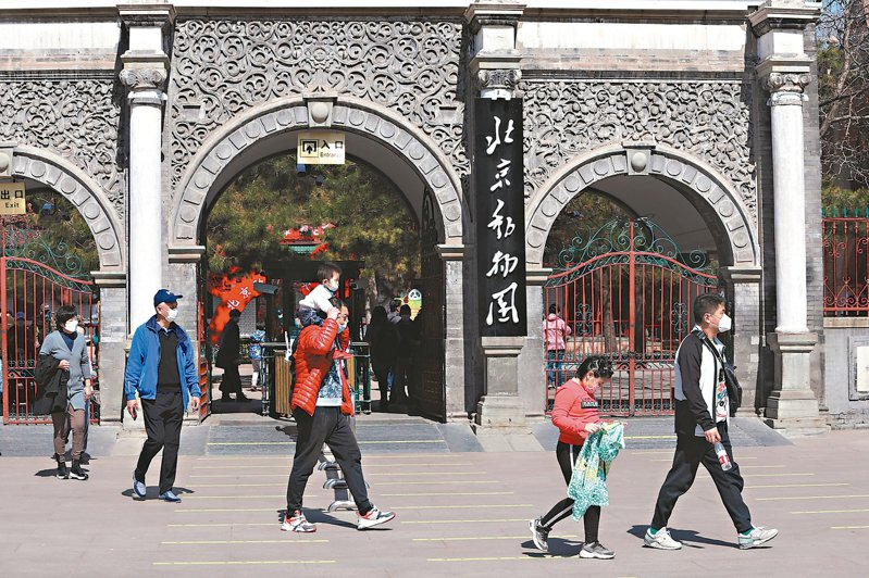 3月23日,北京動物園正式恢復開園。全園採取無接觸入園方式,並啟動客流管控,實行網上預約購票。 中新社
