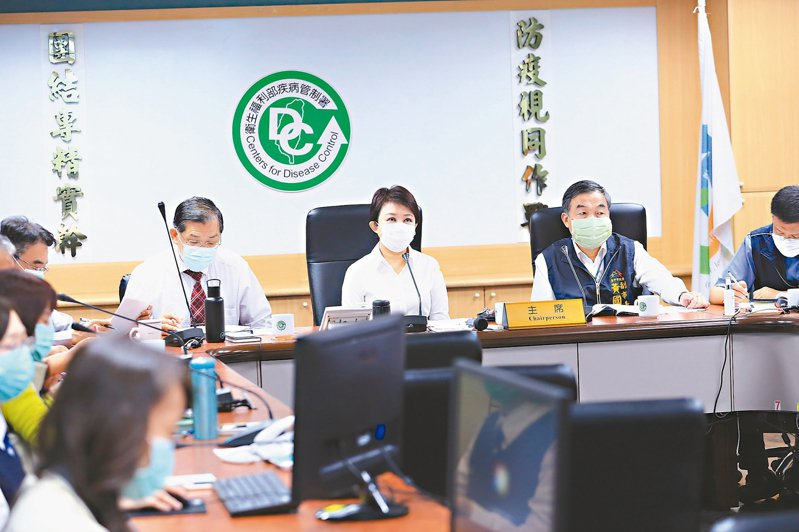 台中市長盧秀燕(中)昨在視訊會議中建議中央應增加民眾的口罩數量。 記者黃寅/攝影