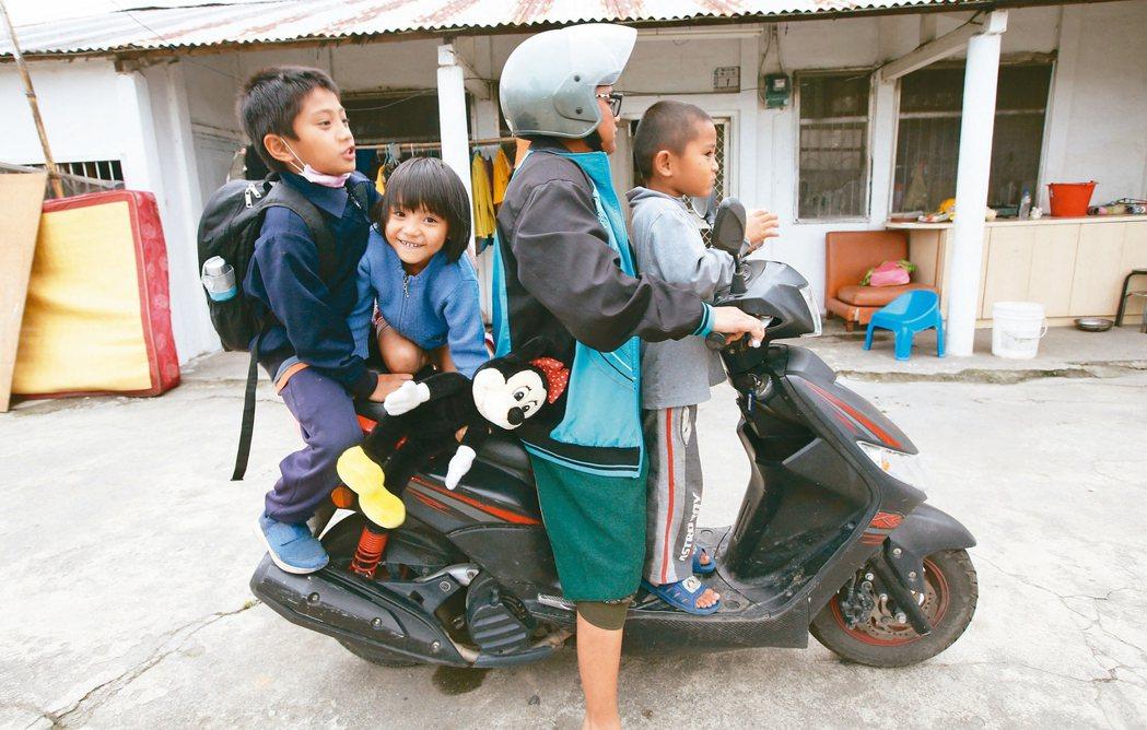 台東縣延平鄉鸞山的胡媽媽(右二)有五個孩子,由於家附近沒公車,曾騎機車「五貼」帶...