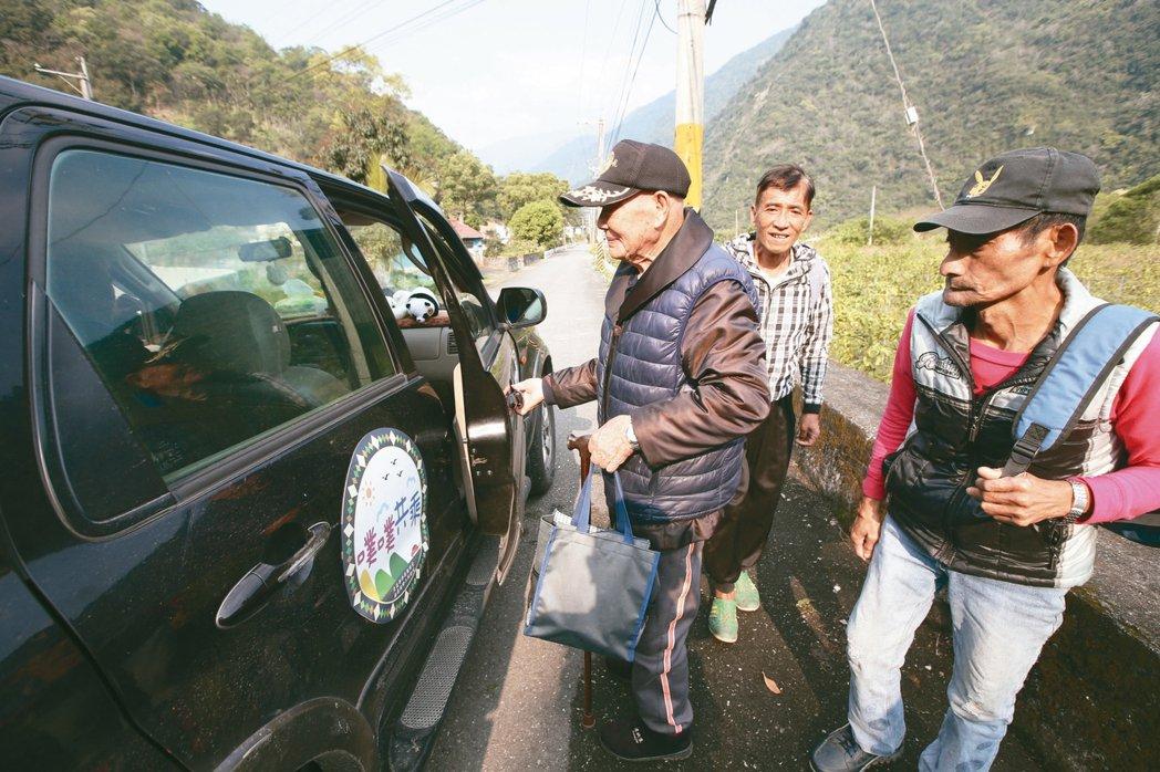 花蓮卓溪鄉清水部落每天都有老人家搭「噗噗共乘」到門口接送,前往各地。 記者劉學聖...