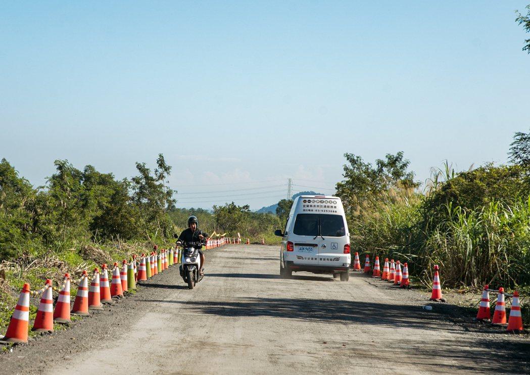 偏鄉交通時常得倚賴許多業者的長照車服務或是白牌車,圖為鄰近宜蘭寒溪部落的道路。記...