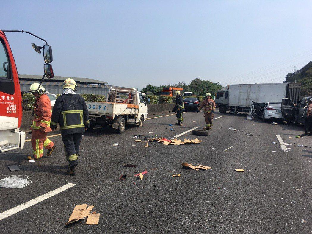 國道3號北上38K處,今天上午發生7輛貨車及自小客車追撞的事故,造成目前四線道全...