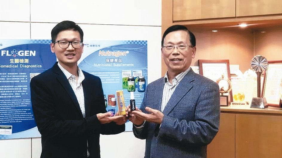 遠東生技總經理闕鴻達(右)與協理闕俊瑋表示,該公司研發抗病毒產品經驗豐富,與大眾...