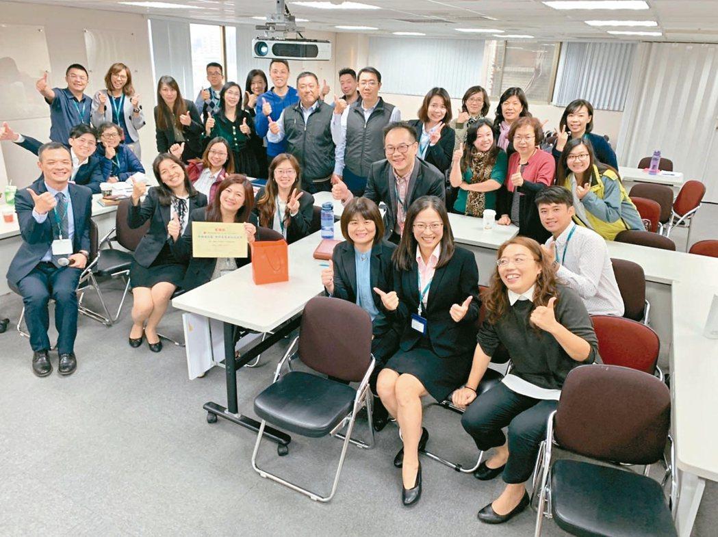 曾慧珠(前排右二)與公司同事一起上課。 曾慧珠/提供