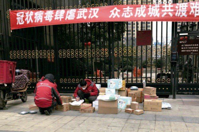 路邊清點物資的快遞員。圖片來源:《武漢封城日記》