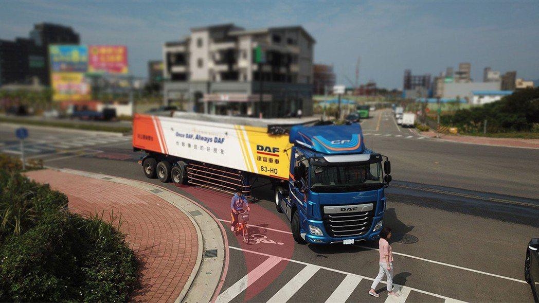 大型車轉彎時易產生內輪差 ,若用路人位於迴轉半徑區 (紅圈區),容易發生車禍。 ...