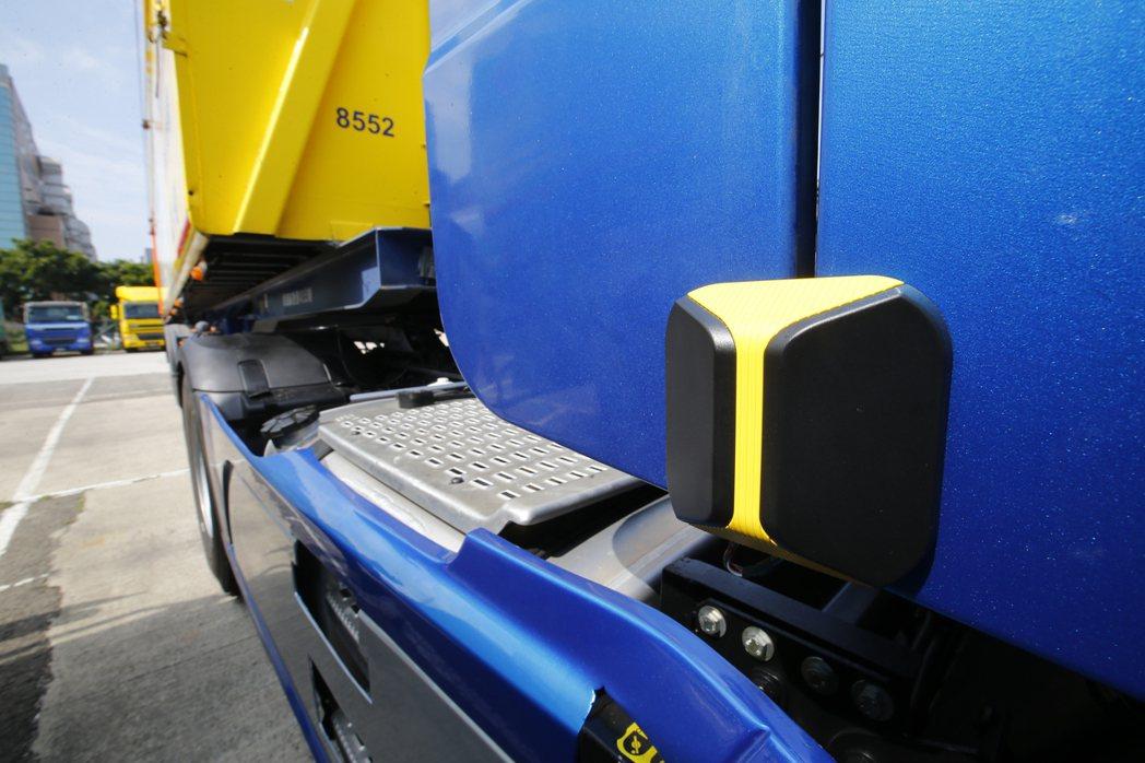 毫米波雷達裝於大型車車身兩側。 圖/聯合報系資料照
