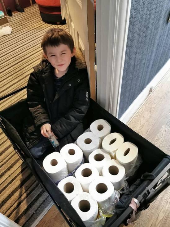 占米大手買入廁紙,免費派給有需要的長者鄰居。(Tracy Hudson fb圖片...