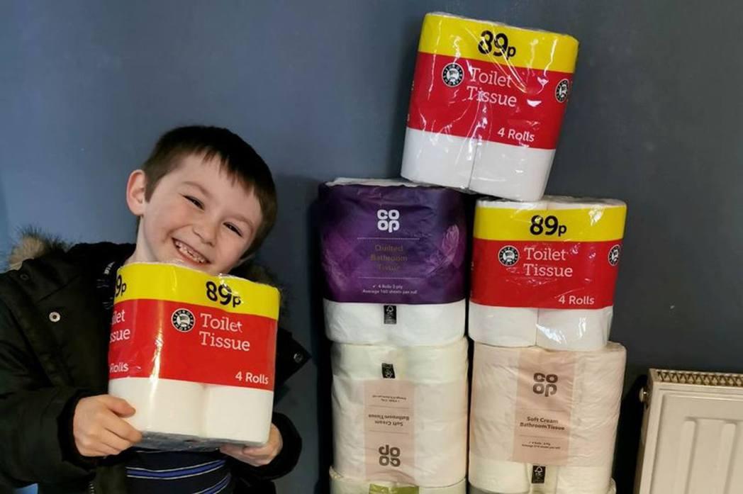 占米和媽媽向附近的老人送了約70卷廁紙。(Tracy Hudson fb圖片)