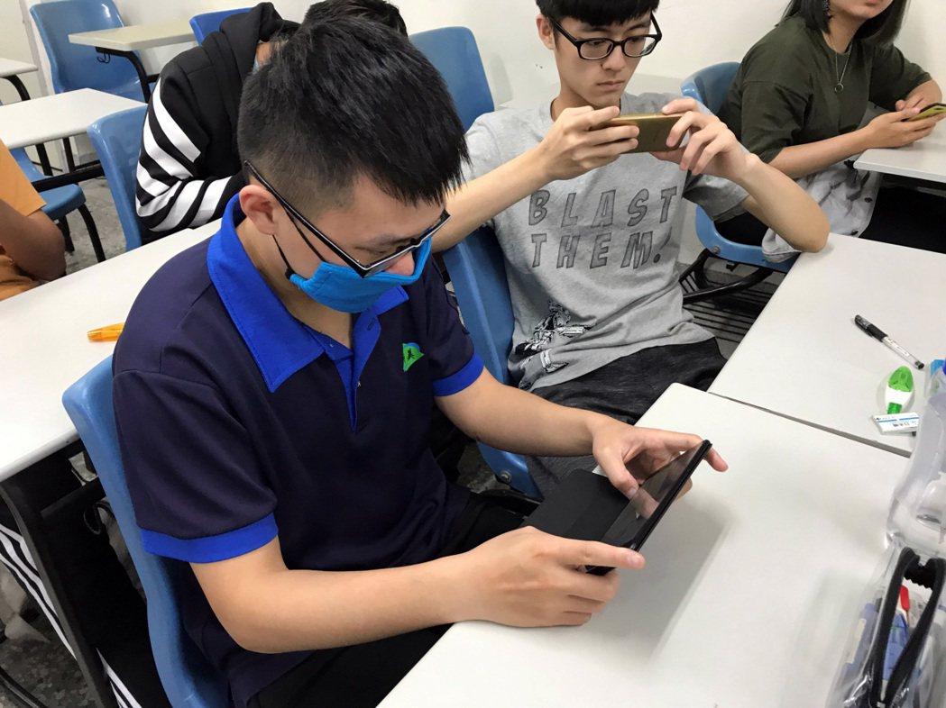 龍華科大應外系運用多媒體及VR建構行動學習環境,提升學子職場外語能力。龍華科大/...