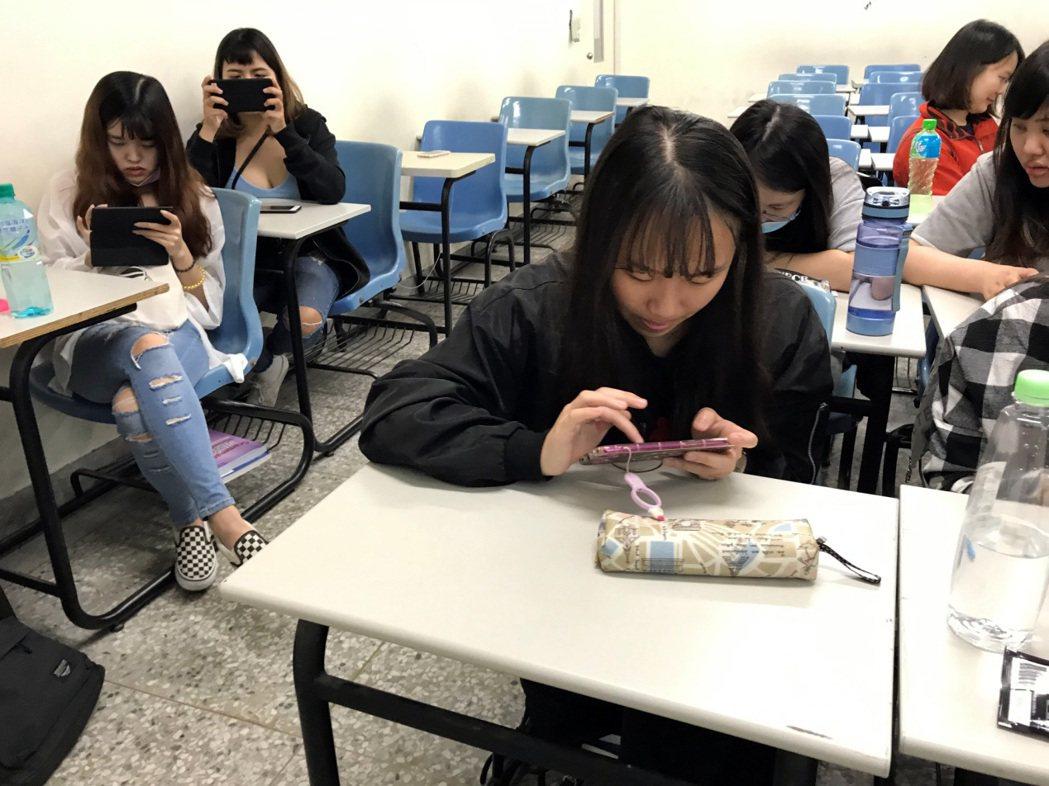 龍華科大運用行動遊戲式專業英語虛擬實境學習平台,有效促進學生學習動機及興趣。龍華...