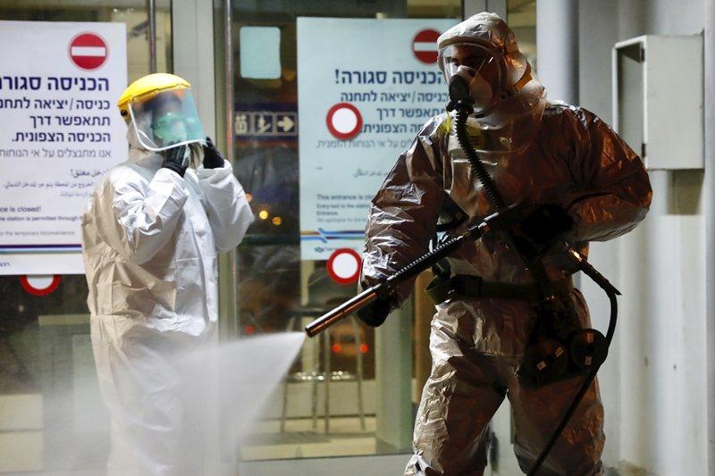 以色列政府目前傾全力圍堵病毒入境。圖攝於3月22日,以色列里雄萊錫安車站。 圖/美聯社