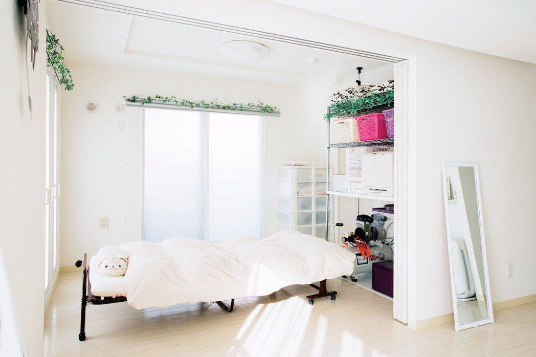只留下必要的物品,牆壁、地板與家電都選擇白色,營造出清爽空間。