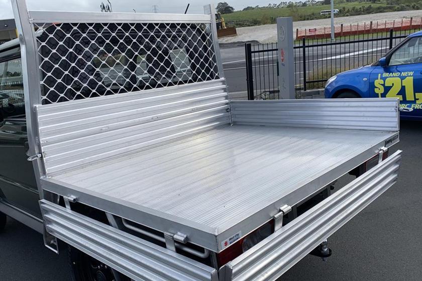 原本後座及行李箱位置改成平整白鐵貨斗。 摘自carbuzz.com