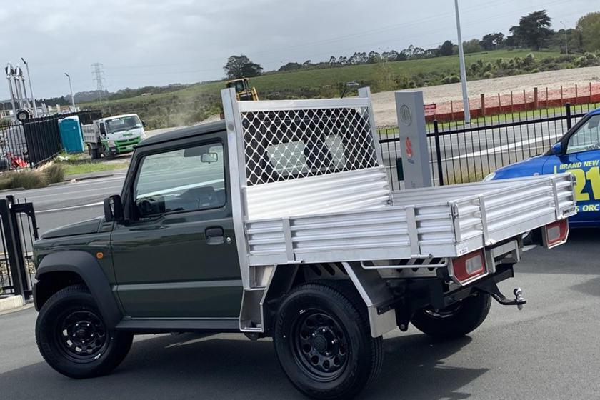 越野休旅Suzuki Jimny改裝為皮卡。 摘自carbuzz.com