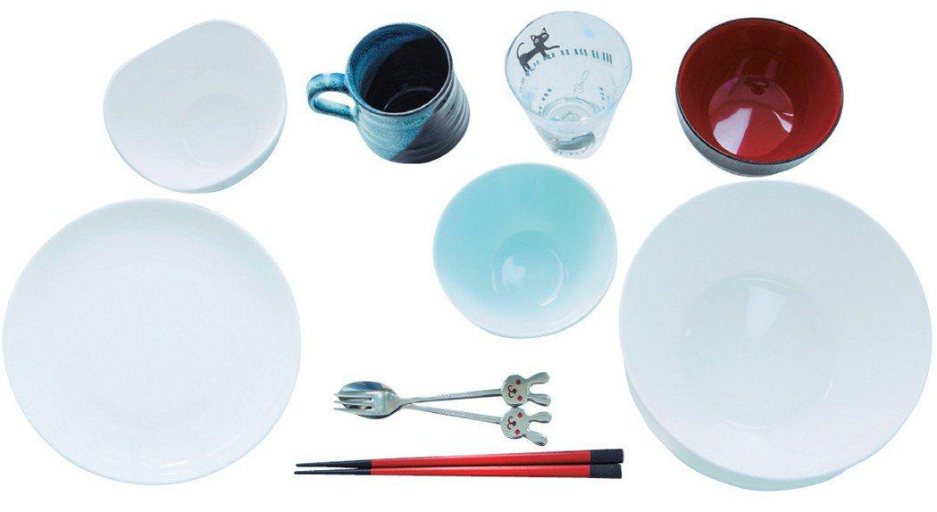 有一套飯碗、湯碗等不同尺寸的白色系餐具,實用又有質感的選物。圖/幸福文化提供