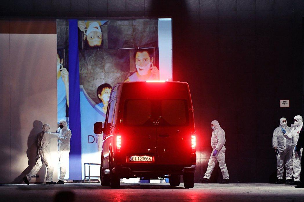 圖為軍醫部隊把無處安置的死難者遺體送進「冰宮」。 圖/法新社
