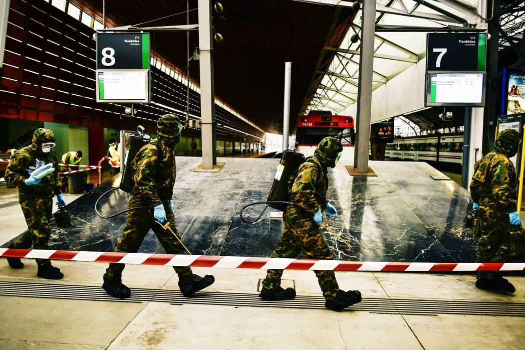圖為西班牙軍隊在火車站內進行檢測。 圖/美聯社