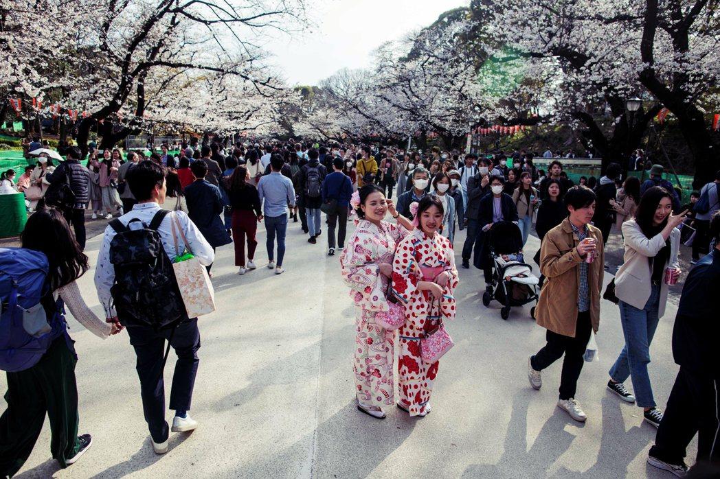 日本的社會心理學者碓井真史表示,目前日本的民眾已經出現了「自肅疲乏」的現象,對於...