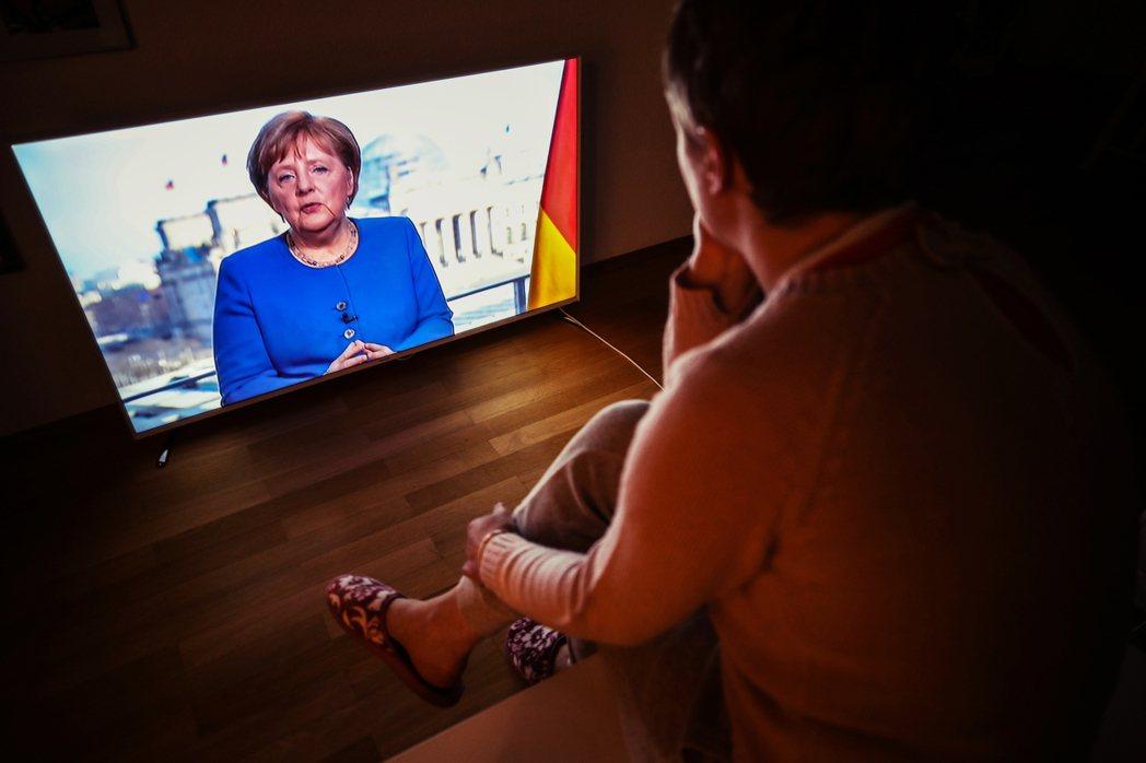 德國總理梅克爾目前居家隔離中。23日,梅克爾一採結果出爐顯示為「陰性」,但輿論仍...