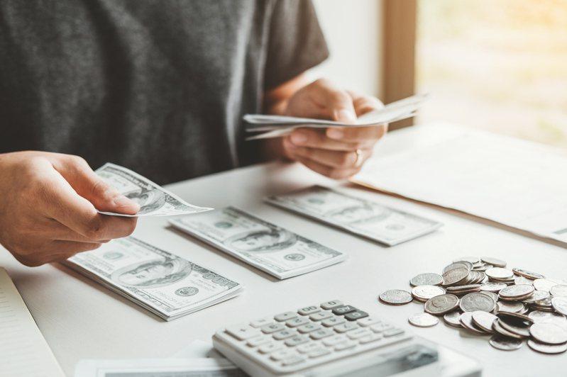網友認為儲蓄險最少要6年以上的時間,且獲利不及存股等其他投資手段,懷疑「買儲蓄險是不是傻傻的?」示意圖/Ingimage