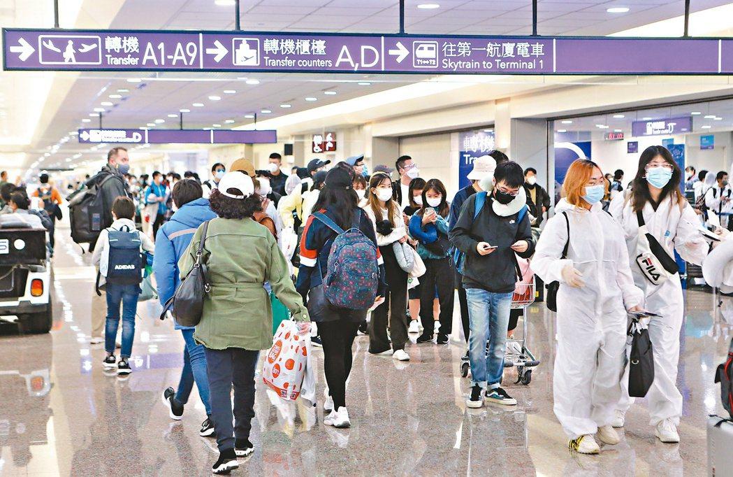 副總統陳建仁表示,目前已實施從國外入境者都要進行14天居家檢疫的措施,「真的要謝...