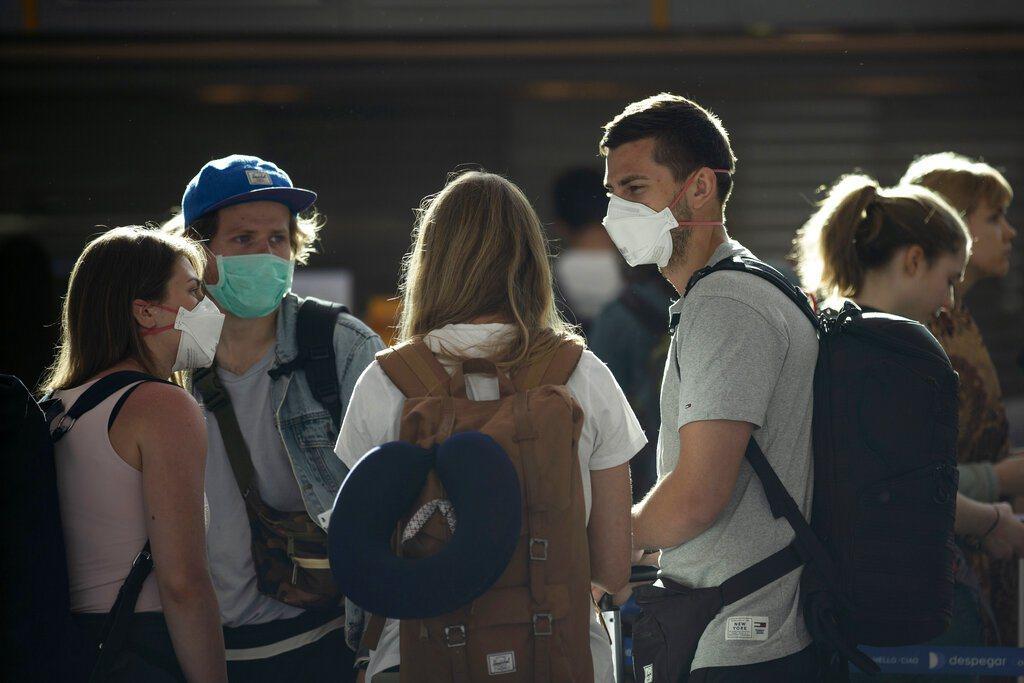 圖為乘客們在阿根廷布宜諾斯艾利斯國際機場,排隊等候登機。美聯社