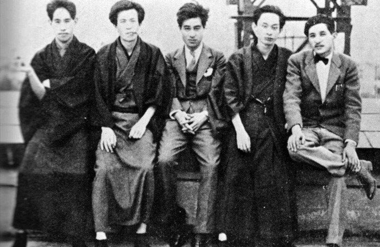 《文藝時代》雜誌部分成員合影。右起為菅忠雄、川端康成、石濱金作、中河與一、池谷信三郎。 圖/維基共享