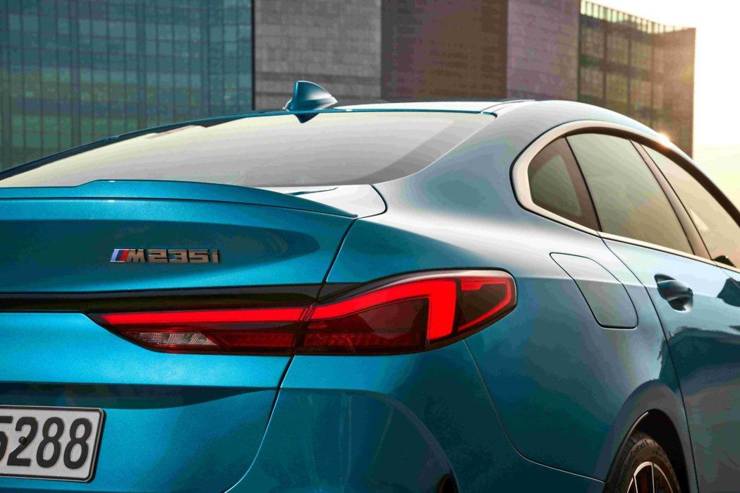 承襲8系列Gran Coupé跑車輪廓,呈現斜背設計的動感奔放。 圖/汎德提供