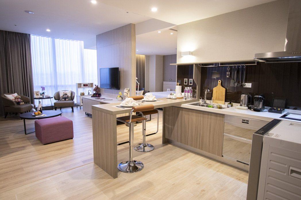 家人放心住,客廳超大的活動空間給予入住者最舒適的長住空間。 AJ HOTEL/提...