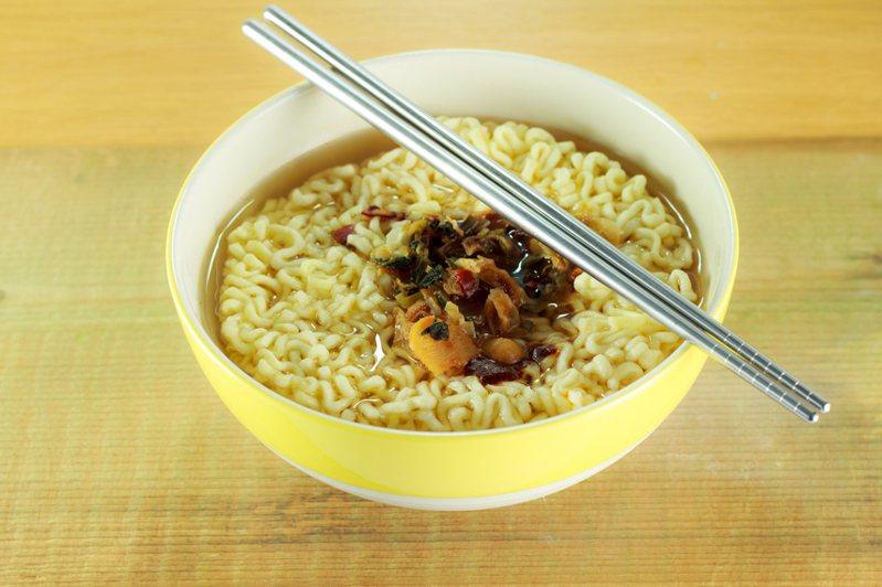 網友好奇「為什麼網咖泡麵總可以這麼好吃」,貼文立刻掀起熱議。示意圖/ingimage