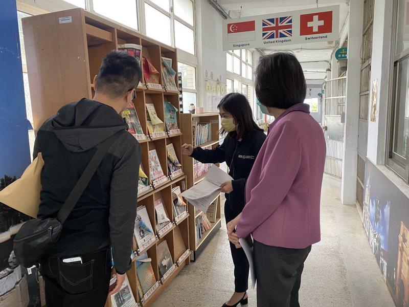 石門國中圖書資源更分散在多個教室裡,市議員鄭宇恩爭取一間有系統且專屬於校園藏書、提供借閱功能的圖書館。 圖/紅樹林有線電視提供