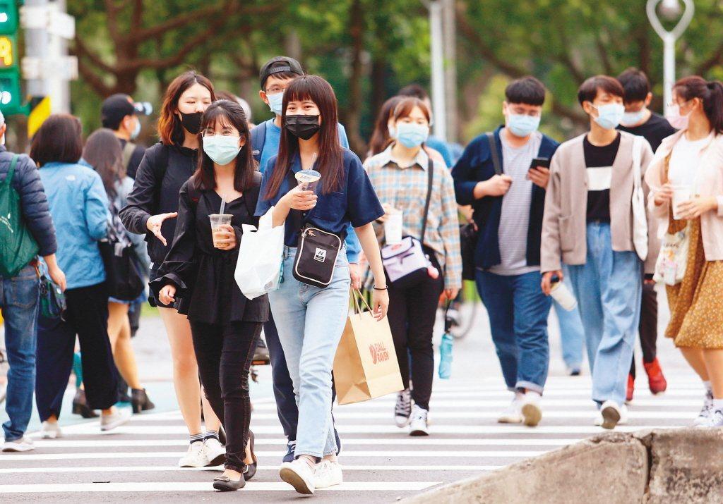 新冠肺炎疫情升溫,因應確診病例發生而導致停課,改採「線上教學」,但教學效果不佳。記者杜建重/攝影