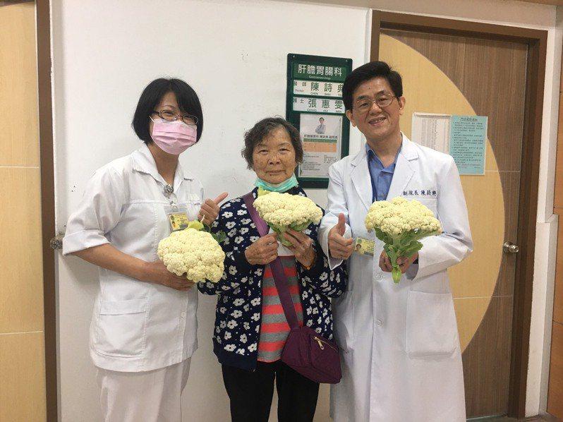 陳姓婦人(中)持親手栽種的花椰菜,送給衛福部嘉義醫院副院長陳詩典(右一)等人,表達無限感謝。圖/部立嘉義醫院提供