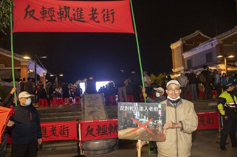 新北捷運局昨晚召開說明會,不少民眾持標語並在會中堅決反對輕軌進老街。記者王敏旭/攝影
