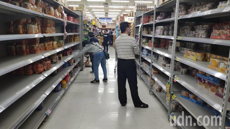 各地超市衛生紙被搶購一空。聯合報系資料照片/記者蔡維斌攝影