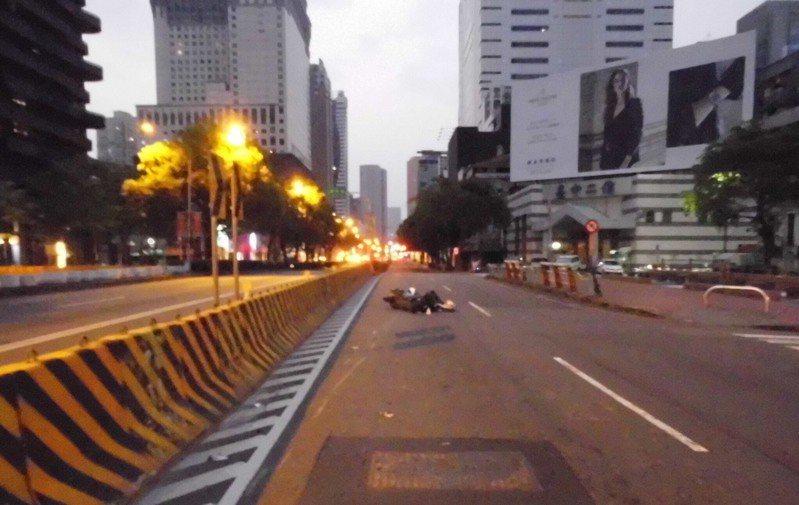 台中市周姓男子今天凌晨4時許,騎車行經西區台灣大道、華美西街時,疑自撞人行道,經送醫後不治。圖/讀者提供