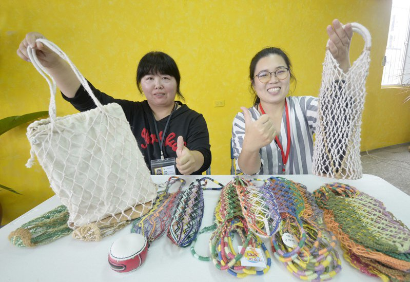 施靖雯(左)將漁網提袋添加皮革,更重新配色編織,最高紀錄曾日賣近百個。圖/雲嘉南分署提供